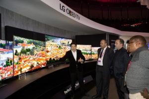 Interessierte Zuschauer begutachten die neuesten 4K-OLED-TV-Modelle von LG auf der Innofest 2015 in Lissabon
